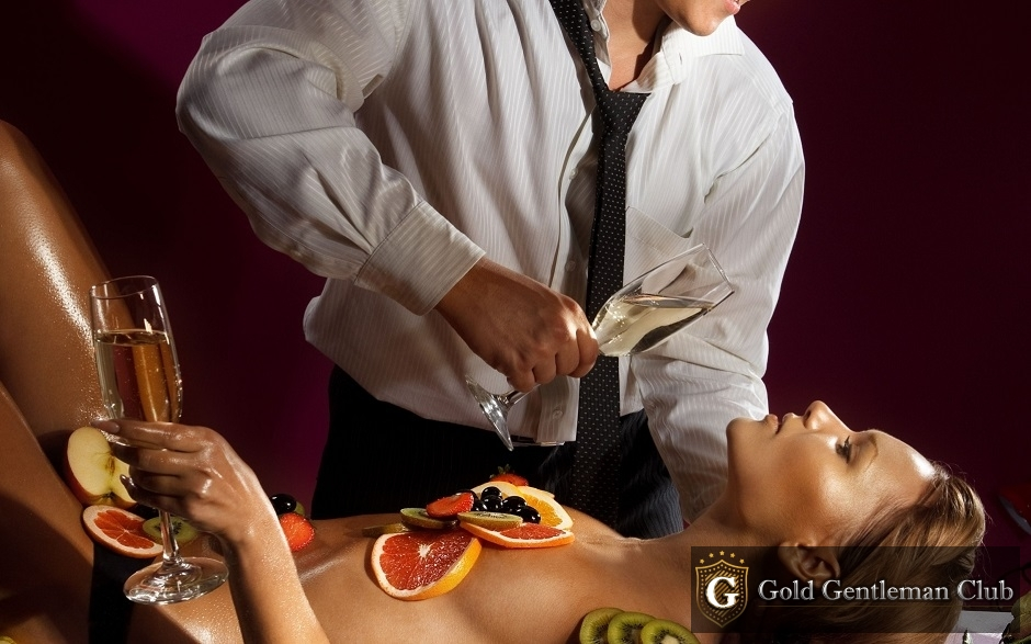 Мужчина и фрукты на обнаженной девушке